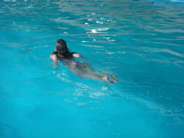 maedchen_schwimmbad2